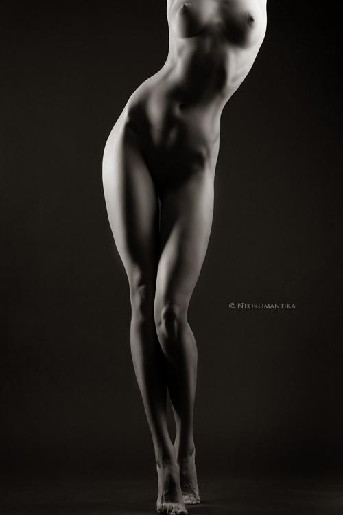 Обнаженная девушка с поднятыми руками